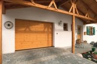 Drewniane bramy z tradycyjnym poziomym liniowym frezowaniem nadają domostwu rys szlachetnej prostoty.