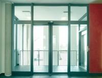 Redukcja elementów konstrukcyjnych: pozwala na uzyskanie dodatkowych wolnych przestrzeni.  Nowe automatyczne drzwi przesuwne firmy Hörmann to idealne połączenie funkcjonalności  i estetycznego wyglądu.