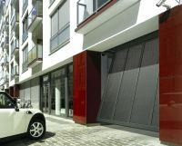 Idealna w przypadku małej ilości miejsca przed bramą: Nowa brama do garaży zbiorczych ET 500 firmy Hörmann odchyla się do przodu tylko na 20 centymetrów.